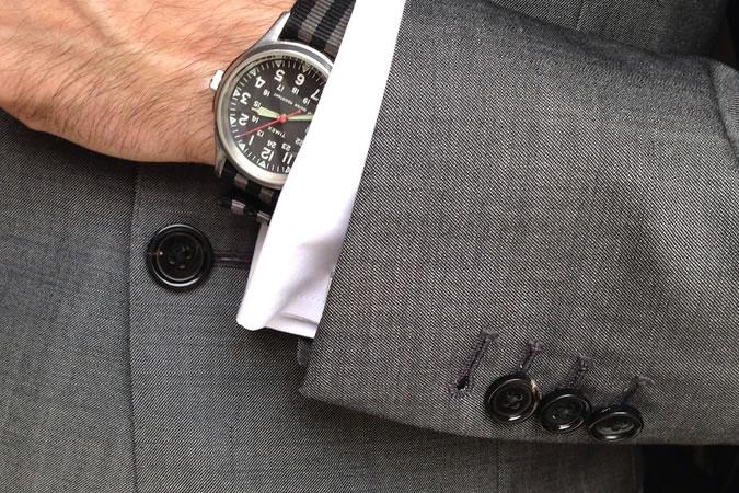 6 lỗi thường gặp khi tậu đồ vest nam mới: không cài chiếc cúc cuối cùng.