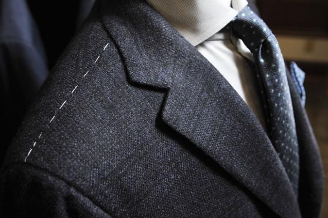 6 lỗi thường gặp khi tậu đồ vest nam mới: không gỡ phần chỉ khâu trên vai áo.