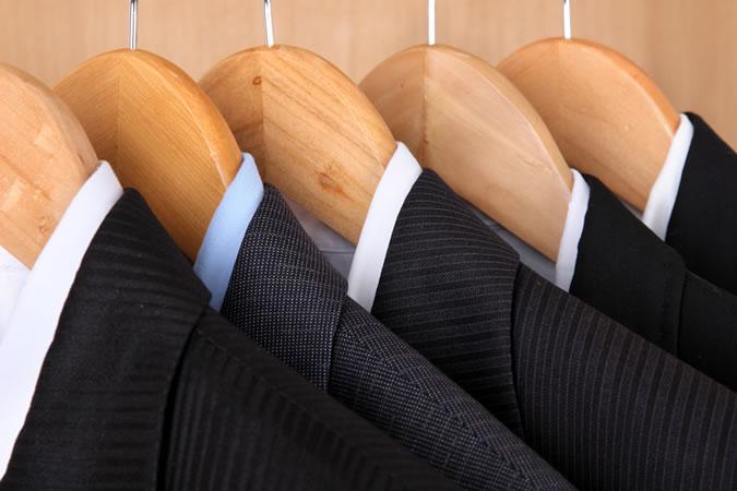 6 lỗi thường gặp khi tậu đồ vest nam mới: treo trên găng móc.