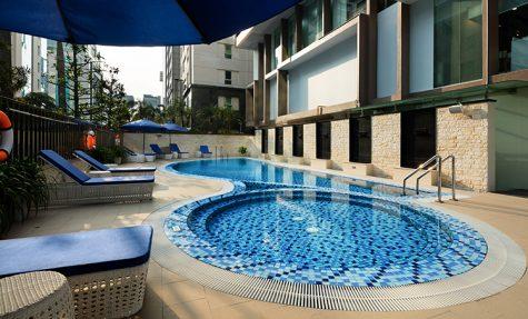 Khuôn viên bể bơi khách sạn Novotel Suites Hà Nội