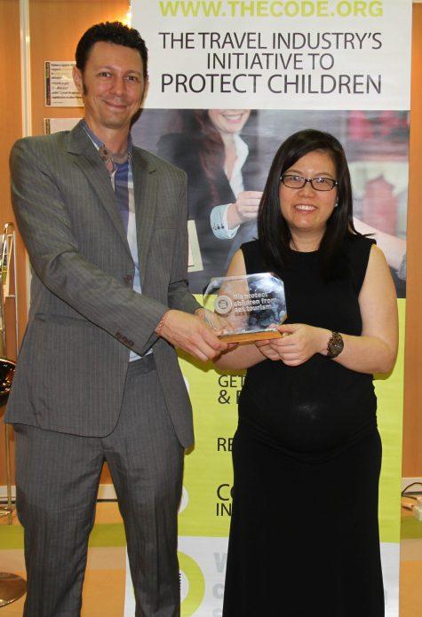 Ms Lynn Lee, Giám Đốc phát triển bền vững và Truyền Thông, AccorHotels Châu Á Thái Bình Dương và Ông Damien Brosnan, Giám Đốc chương trình sáng kiến The Code trong lễ ký cam kết tại ITB Châu Á (Hội chợ du lịch Châu Á) diễn ra tại Singapore, ngày 20/10/2016