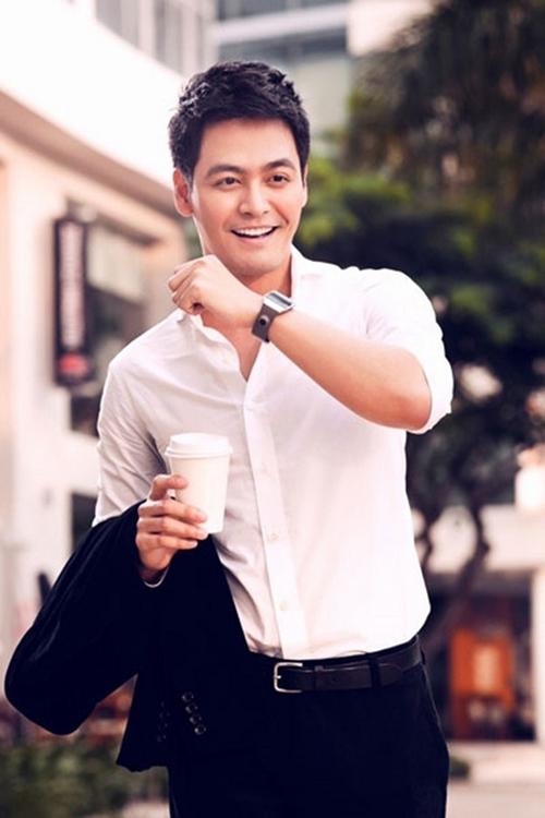 phong cách thời trang MC Phan Anh: sơ mi trắng.