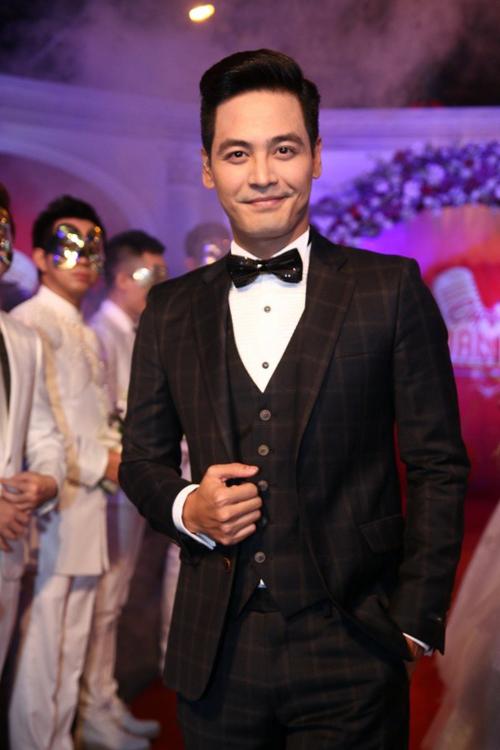 MC Phan Anh: Suit đen 3 mảnh cổ điển với nơ bướm.