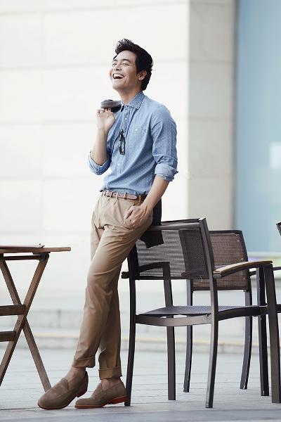 phong cách thời trang MC Phan Anh: sơ mi chambray và quần chinos.