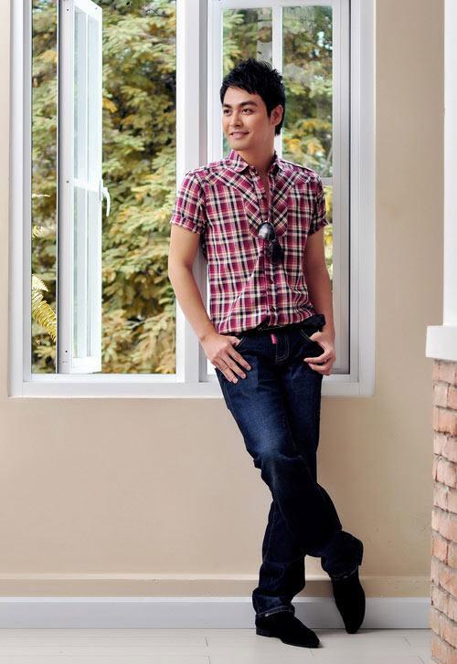 phong cách thời trang MC Phan Anh: sơ mi ca-rô và quần jeans.