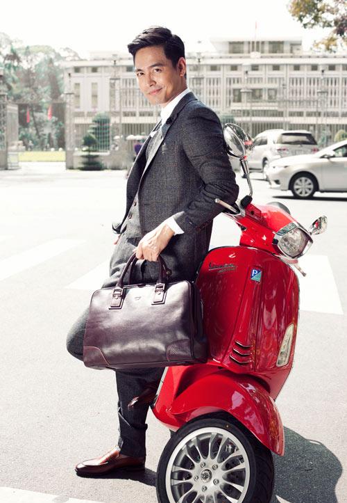 phong cách thời trang MC Phan Anh: túi xách da và vespa.