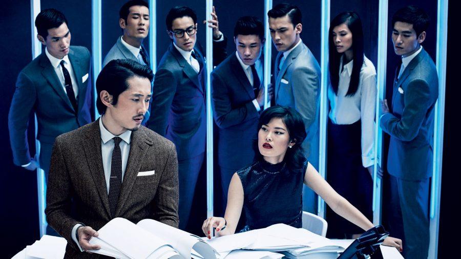 Steven Yeun trong bộ tweed suit nâu của Polo Ralph Lauren.
