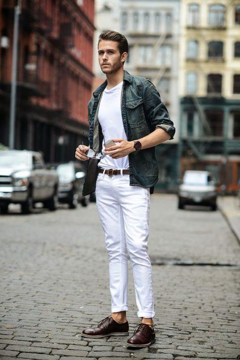Quần denim trắng và áo phông trắng sẽ bắt mắt hơn nếu kết hợp với một chiếc áo sơ mi khoác ngoài khác màu