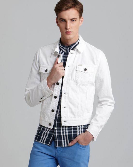 Và không thể kể đến sự trang nhã mà một chiếc áo khoác denim trắng mang lại