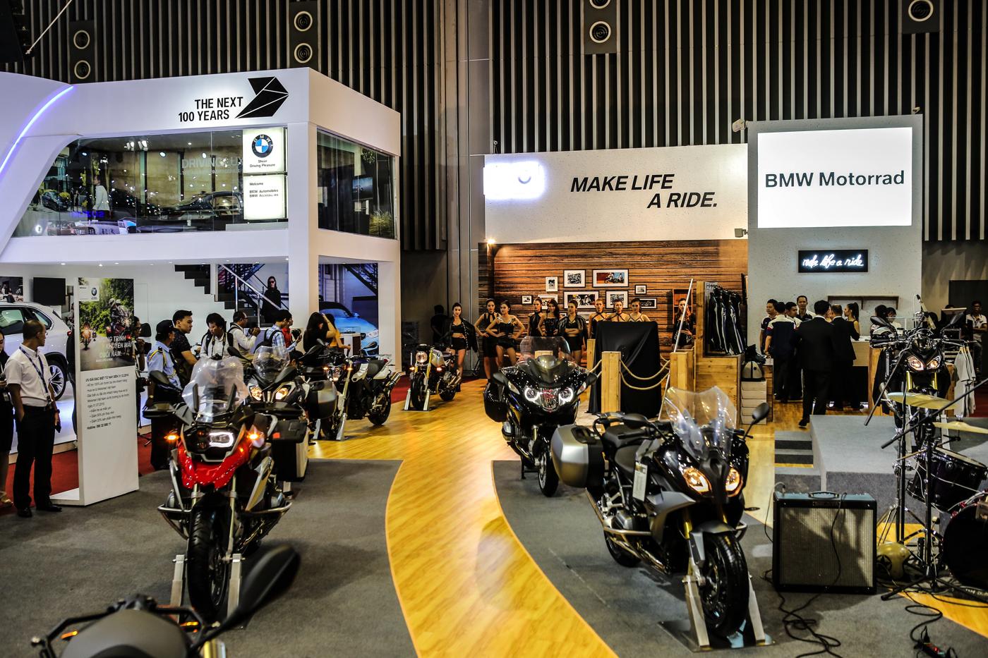 Các sản phẩm tại gian hàng BMW Motorrad.