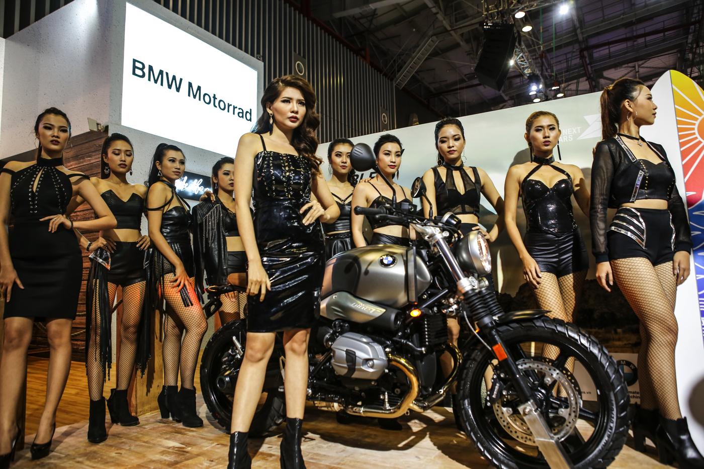 Dàn người mẫu tại gian hàng BMW Motorrad.