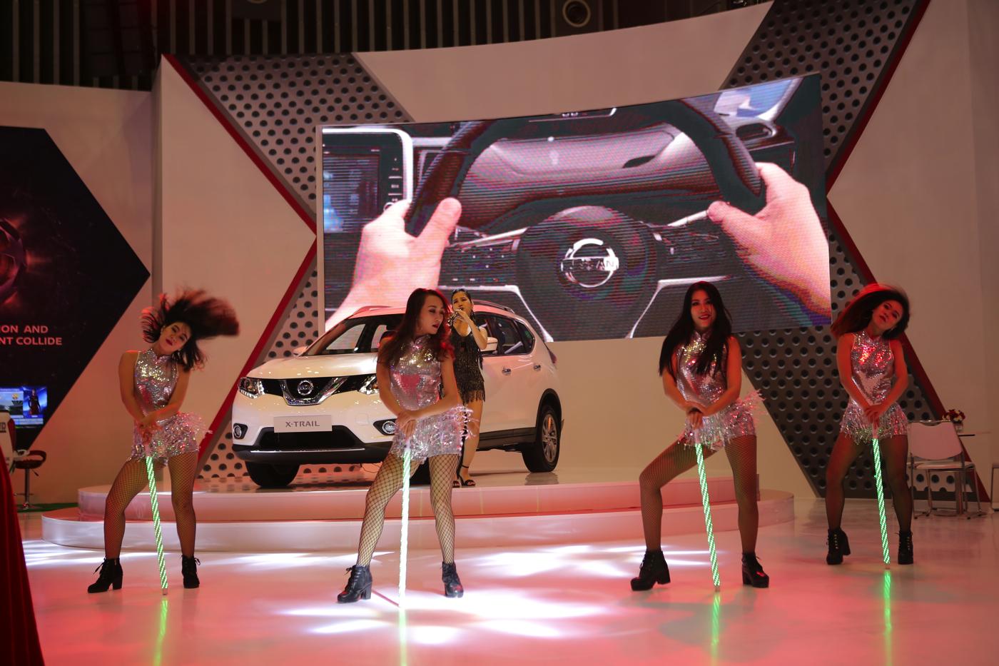 Màn biểu diễn của các vũ công tại gian hàng Nissan.