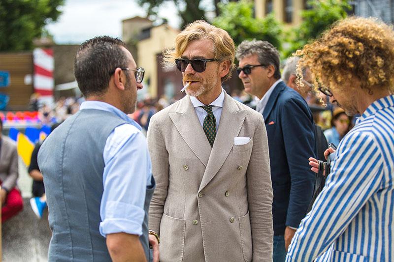 quy tắc cài nút đồ suit nam: suit 2 hàng nút, lọai 6 nút.