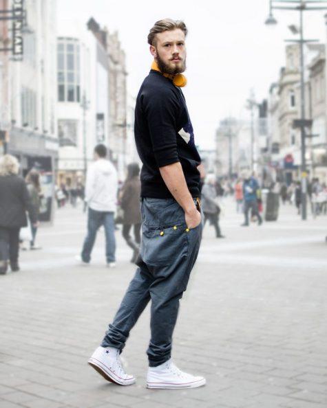 Quần kaki nam, item không bao giờ lỗi mốt: giày sneaker trắng.