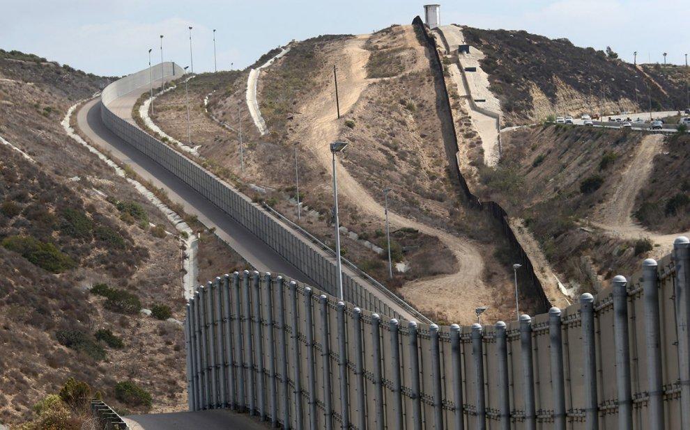 Donald Trump: bức tường Mexico.