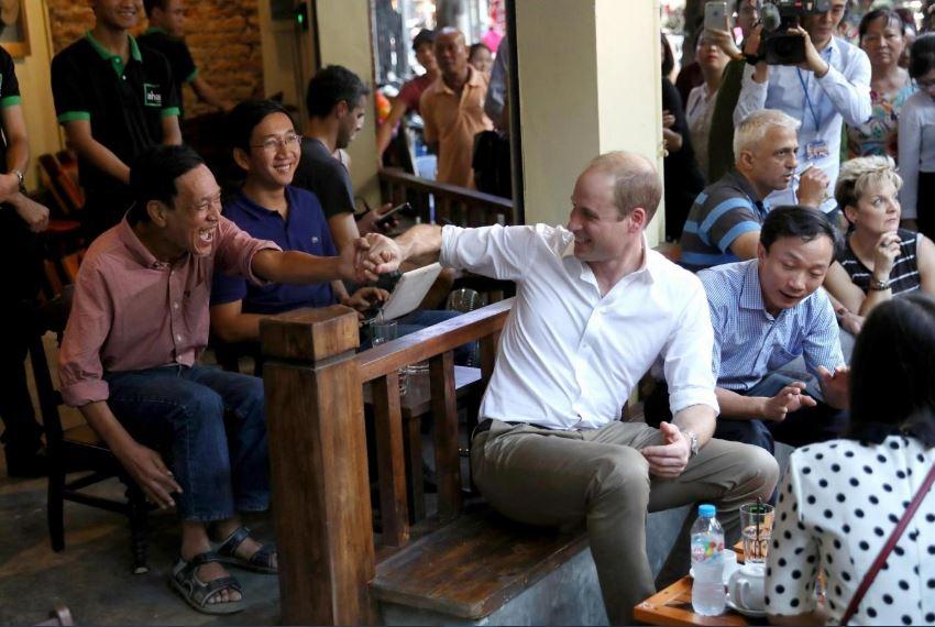 Hoàng từ giao lưu với người dân Hà Nội tại một quán cà phê.