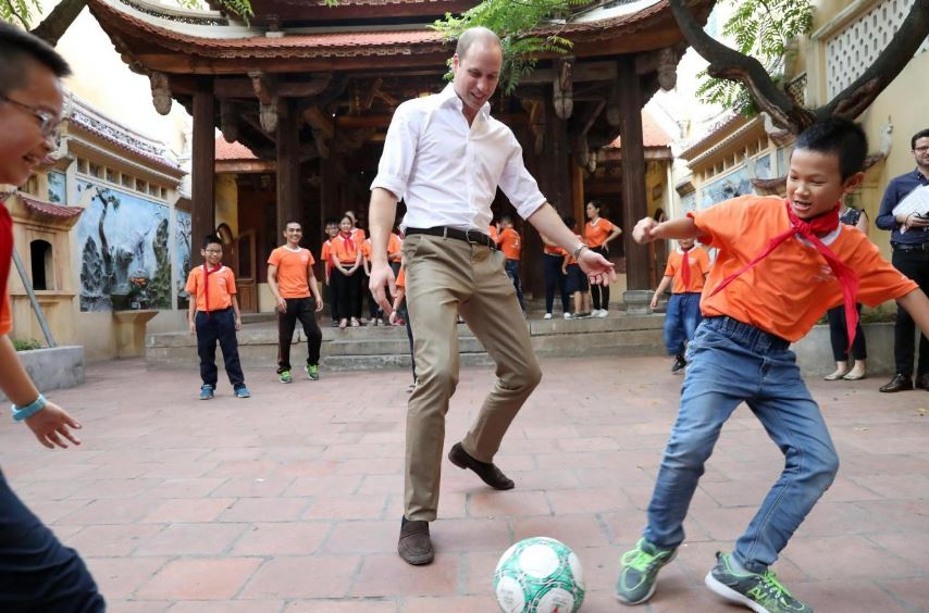 Hoàng tử William giao lưu đá bóng.