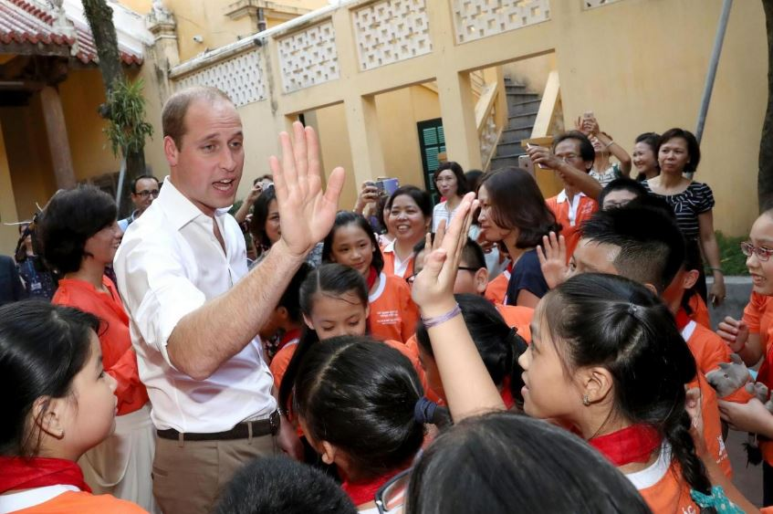 Hoàng tử William giao lưu với các em học sinh tiểu học.