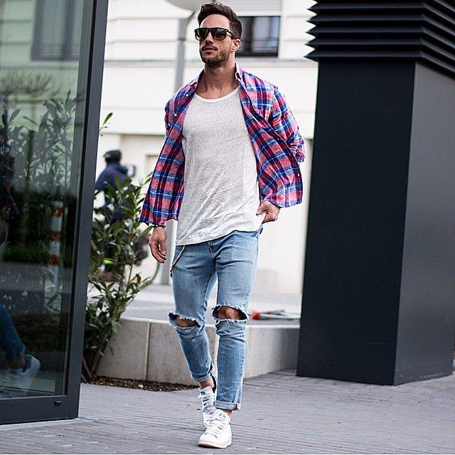 Áo sơ mi khoác ngoài, áo phông và quần Jeans là một set đồ nam kinh điển