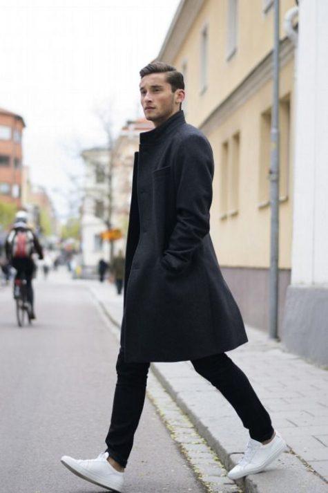 Lịch lãm, thời thượng với Sneaker trắng, quần jeans nam đen và áo khoác dáng dài