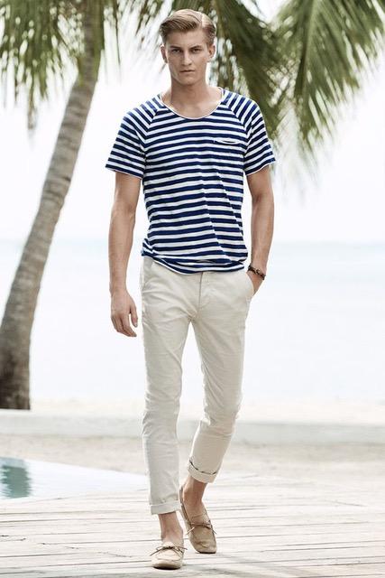 Những chiếc quần trung tính luôn là sự lựa chọn an toàn nhất khi kết hợp với áo kẻ ngang