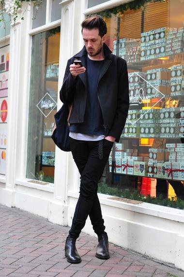 Quần jeans nam đen kết hợp cùng Chelsea Boots