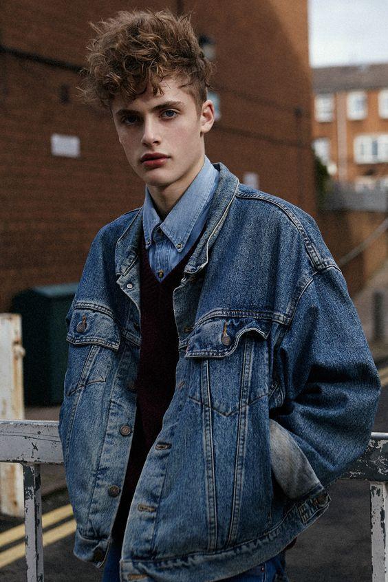 Sự trẻ trung, bụi bặm và cá tính chính là ưu điểm mà một chiếc áo khoác nam Denim Jacket đem lại