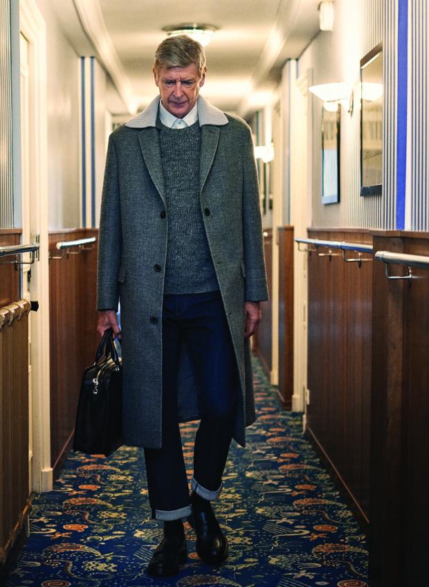Chiếc áo măng tô dáng dài trên bìa tạp chí của Wenger khiến người hâm mộ trầm trồ vì phong cách thời trang ấn tưởng của giáo sư Ngoại hạng Anh