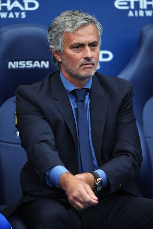 Trong mùa giải Ngoại hạng Anh, cho dù diện Suit nhưng Mourinho cũng sử dụng màu sắc cực kỳ bắt mắt