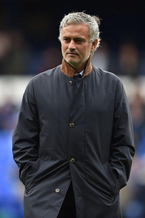 """""""Người đặc biệt"""" lịch lãm trong chiếc áo khoác dáng dài trên sân bóng Ngoại hạng Anh"""