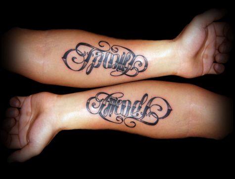 Chữ family(gia đình) và friend(bạn bè) được viết đối xứng giống hệt nhau