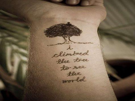 Hình xăm chữ I climbed the tree to see the world