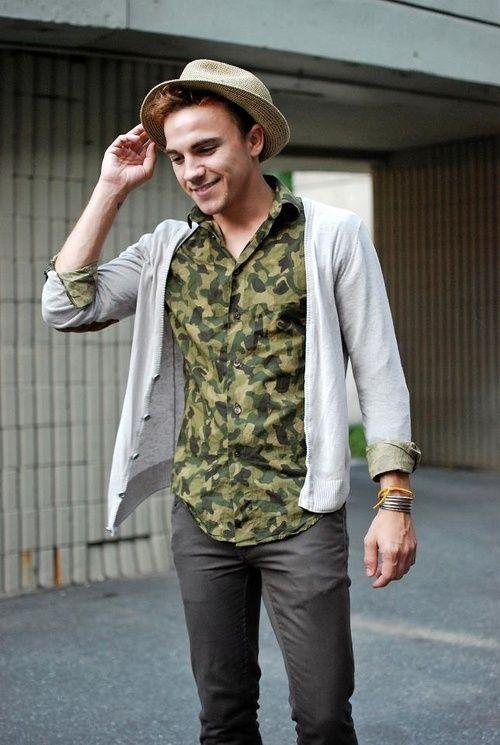 Phong cách thời trang kết hợp bở áo khoác Cardigan và sơ mi họa tiết Camo, tại sao không