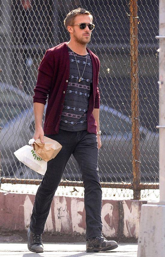 Phong cách thời trang Kết hợp chiếc áo Cardigan đỏ mận cùng áo phông họa tiết là quá đủ cho phong cách thời trang dạo phố của Ryan Gosling