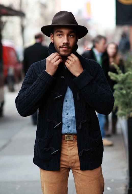 Làm sao bạn có thể rời mắt khỏi anh chàng với phong cách thời trang áo khoác Cardigan ấm áp mà lại cực kỳ phong cách như thế này