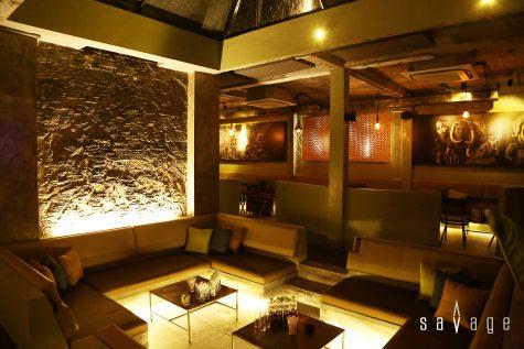 Trung tâm của lounge là khu bàn được bố trí thấp hơn hẳn so với mặt sàn, là khu dành riêng cho những nhóm bạn đông.