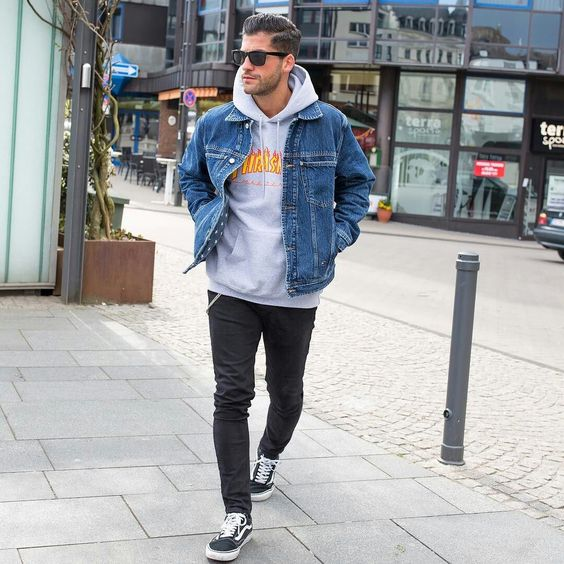Áo khoác Hoodie họa tiết cùng Denim Jacket luôn là sự kết hợp hoàn hảo cho chàng trai thích phong cách mạnh mẽ, bụi bặm