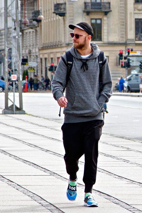 Khỏe khoắn cùng quần Baggy thụng và áo khoác Hoodie màu ghi. Kết hợp thêm đôi giày Sneaker nổi bật nữa thì quả là tuyệt vời