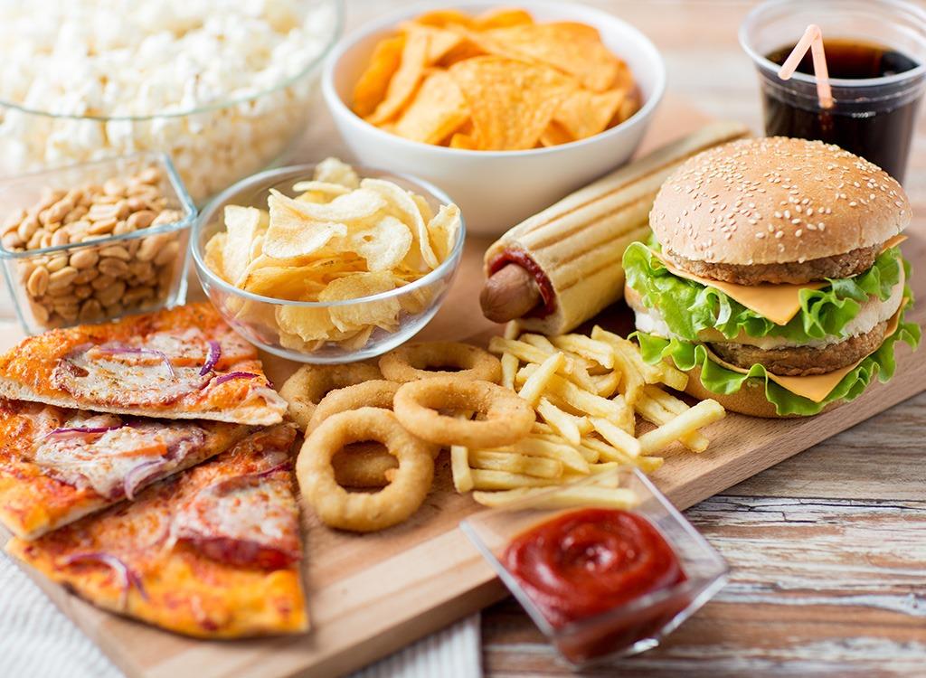 Để có được cơ bụng 6 múi hoàn hảo, bạn nên tránh xa những món đồ ăn nhanh như khoai tây chiên, Hamburger, Hotdog, Pizza