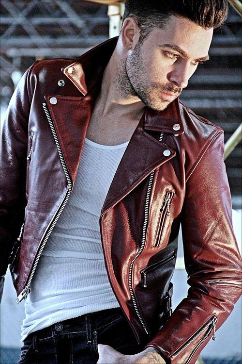 Hãy thử làm mới phong cách bản thân với chiếc áo khoác da màu đỏ đun