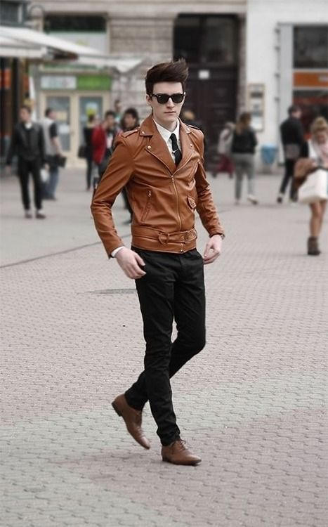 Hay an toàn với chiếc áo khoác da màu nâu. Nhưng vẫn nổi bật khi kết hợp cùng một đôi giày da cùng tông sang trọng