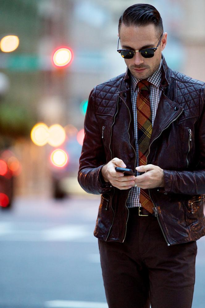 Sang trọng quý phái với áo khoác da màu đỏ đun. Nhưng điểm nhấn của bộ đồ chính là sự kết hợp nhuần nhuyễn giữa những sắc màu cùng tông