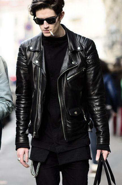 Set đồ All Black nhưng không hề nhàm chán với áo khoác da. Ngược lại trông rất cá tính và phong cách đúng không nào
