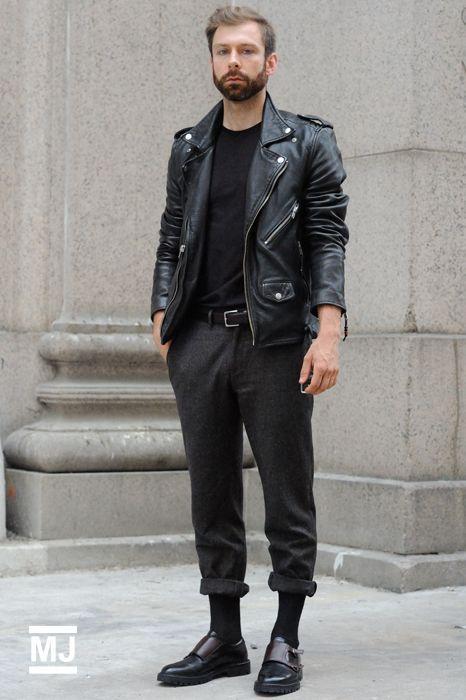 Set đồ với áo khoác da này tuy không ấn tượng về màu sắc nhưng lại để lại điểm nhấn với chiếc quần xắn cao gối cùng đôi giày Monk Strap sang trọng