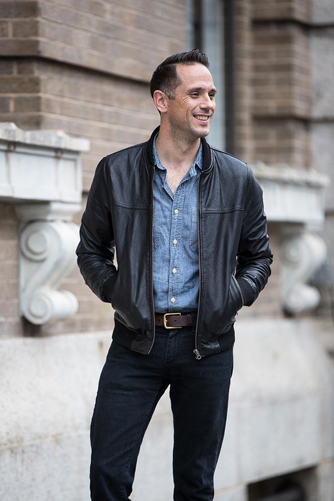 Trẻ trung cùng sơ mi Denim khi kết hợp cùng áo khoác da. Và đừng quên nụ cười tỏa nắng nhé