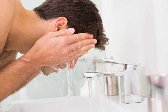 chăm sóc da mặt mùa Đông - rửa mặt - elle man