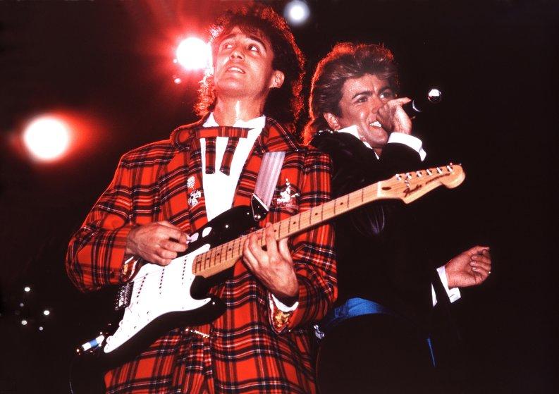Wham! biểu diễn trên sân khấu London, 1984.