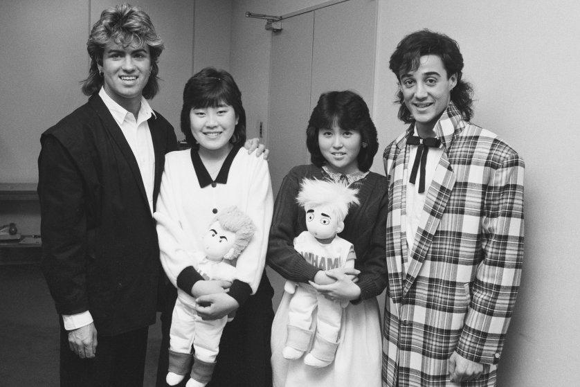 Wham! chụp hình cùng người hâm mộ Nhật trong chuyến lưu diễn thế giới vào năm 1985.