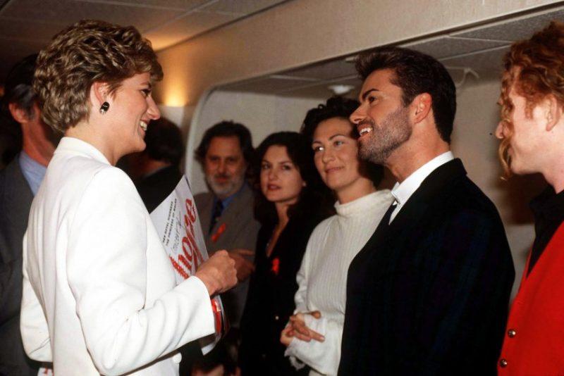 """Diện kiến Công nương Diana ở """"Concert of Hope"""" tại sân vận động Wembley nhân ngày Quốc tế AIDS, buổi biểu diễn nhằm gây quỹ từ thiện giúp đỡ các bệnh nhân 01(01/12/1993)."""