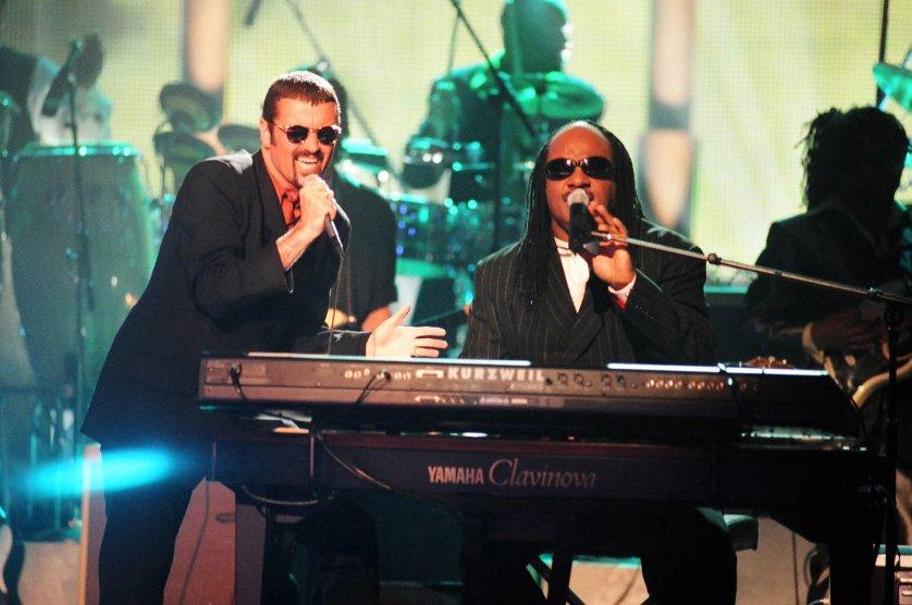 George Michael biểu diễn cùng Stevie Wonder tại đêm nhạc 1997 VH1 Honors ở Los Angeles, California, United States.